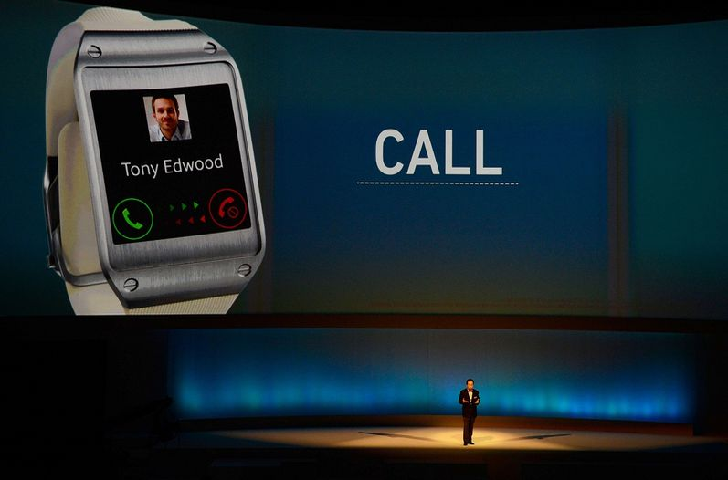 El smartwatch de Samsung puede conectarse con otros dispositivos de la gama Galaxy para gestionar llamadas o mensajes.