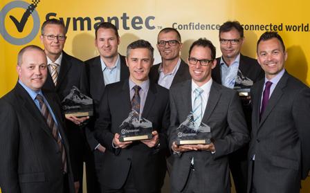 Mark Nutt junto con otros compañeros y socios de Symantec en la celebración de un evento de la firma