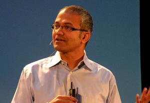 Satya Nadella compite con Alan Mullaly para conseguir ser CEO de Microsoft.
