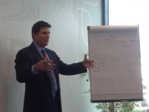 El vicepresidente mundial de canal de Cisco, Bruce Klein, explica y dibuja en qué consiste Intercloud.