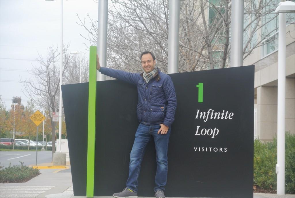 Juan Fernández en el número 1 de Infinite Loop, en Cupertino, donde se sitúa en edificio principal de Apple (antes de que la futura mudanza a las instalaciones en construcción del Apple Apple Spaceship)